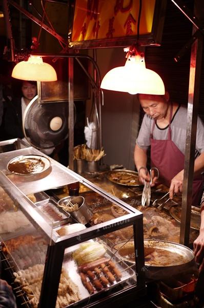 明記牛什美食,澳門街頭夜裡的排隊美食…新馬路爐石塘街口