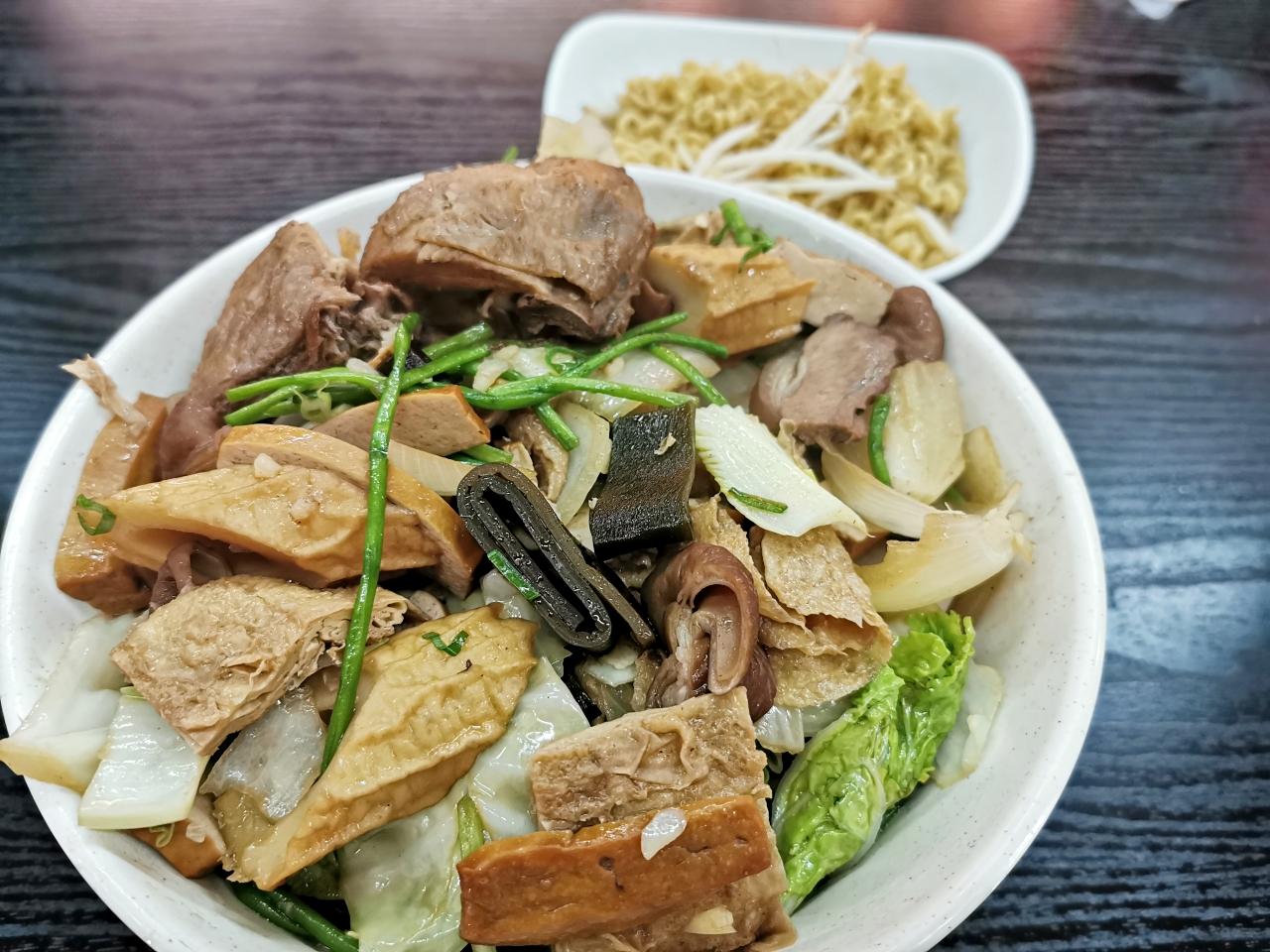 新莊美食:饗初燒滷味近新莊運動場,滷味種類多價格合理,宵夜好選擇