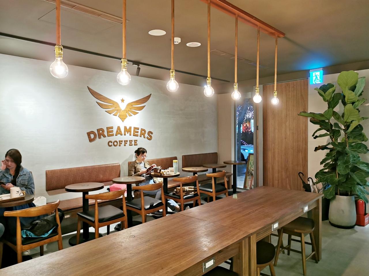 台北市咖啡廳:Dreamers Coffee忠孝復興店,座位多有插座