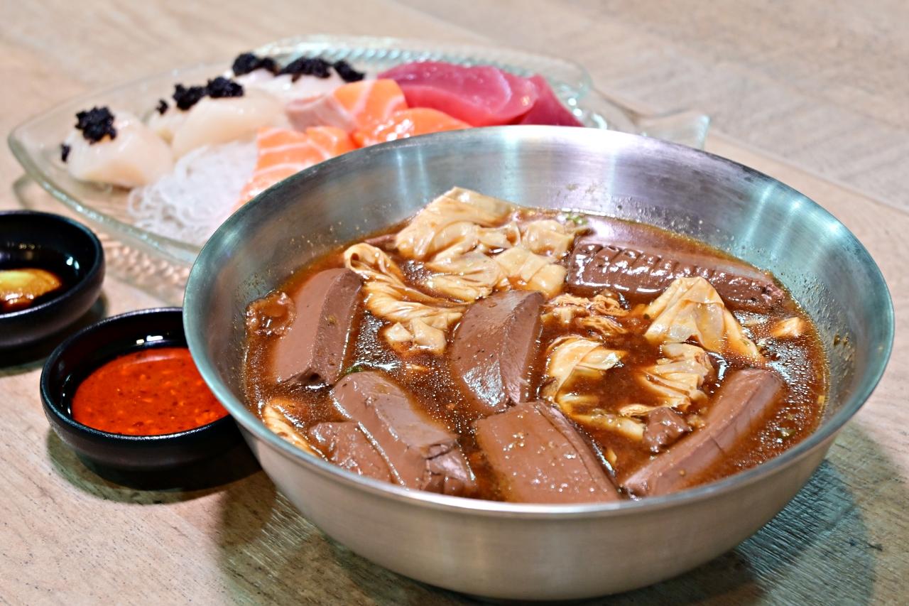 三重美食:美鳳滷味除了傳統滷味外,連牛排、雞佛、松阪豬、鮮草蝦通通都可以變成滷味